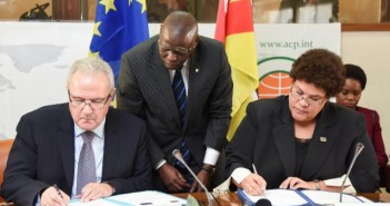Neven Mimica and Nyeleti Mondlane sign EU aid package for Mozambique, November 2015