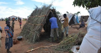 Refugees erecting new shelters at Kapise. © Lameck Masina