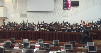 Frelimo lawmakers vote in favour of legalising the debts, opposite empty opposition benches, on 26 April 2017. Photo: @Verdade