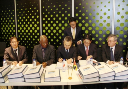 The signing ceremony in Maputo, 17 February. Photo: EDM