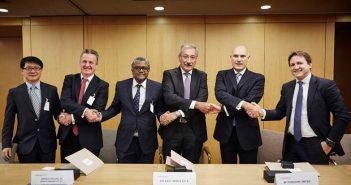 Area 4 consortium partners signing the Coral supply deal with BP.
