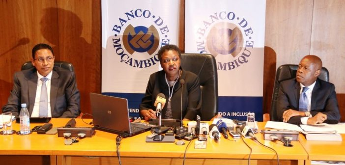 Bank of Mozambique director Joana Matsombe addresses journalists on 18 November 2016. Photo: Bank of Mozambique
