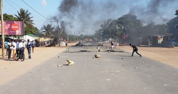Riots block roads on EMa in Macia - 10 July 2017