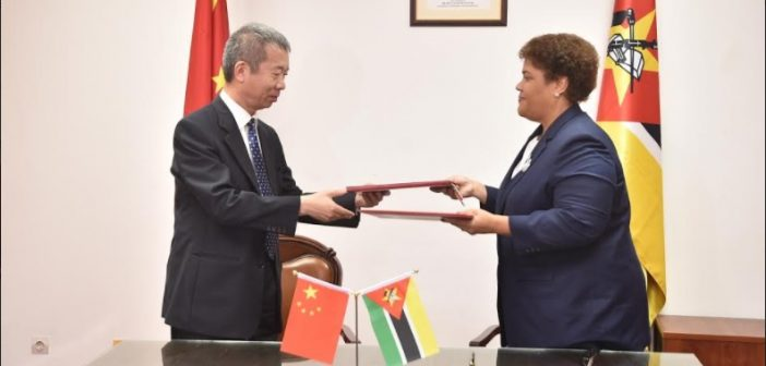 Chinese ambassador Su Jian and Mozambique's deputy foreign minister Nyeleti Mondlane exchanging agreements in Maputo on 26 October 2017.