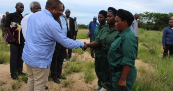 Filipe Nyusi shakes hands with Renamo fighters, accompanied by Afonso Dhlakama in Gorongosa, 19 February 2018. Photo: Office of the President
