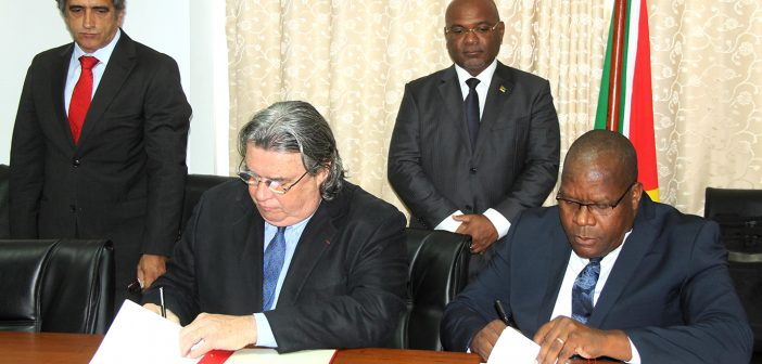 Christophe Peschaud and Transmarítima chairman Jafar Ruby sign a Memorandum of Understanding, watched by transport minister Carlos Mesquita in Maputo on 7 March 2018.