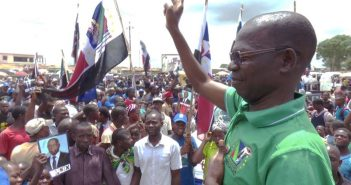 Renamo candidate Paulo Vahanle greets supporters on election day in Nampula. Photo: Facebook