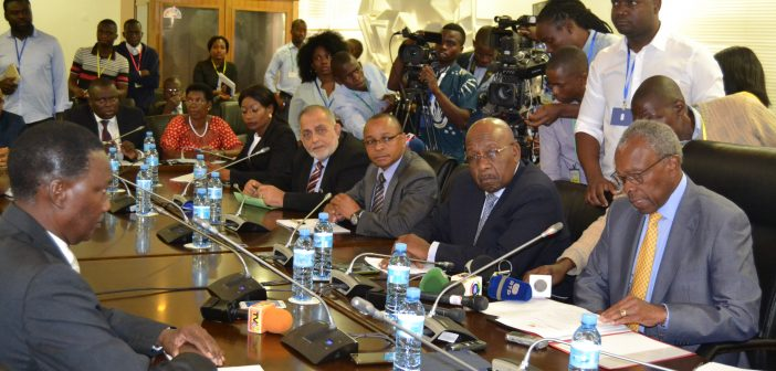 Governor Rogerio Zandamela, left, answering questions from a parliamentary committee chaired by Eneas Comiche, facing Zandamela. Photo © Antonio Nhangumbe, 20 November 2018
