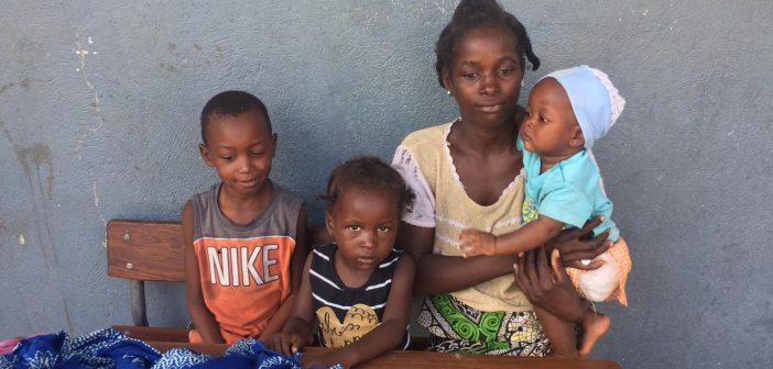 Cecilia da Luz and her three children are living in a school in Beira after Cyclone Idai destroyed their home. Photo © Alexandre Nhampossa / Zitamar News