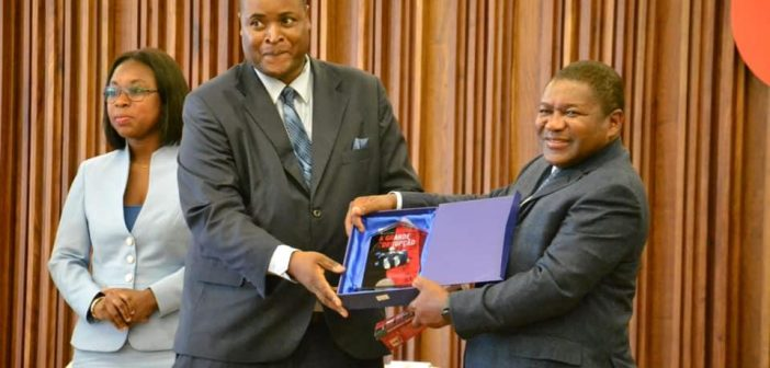 President Filipe Nyusi (right) at the book launch of 'The Great Corruption' by Hélio Filimone, February 2019