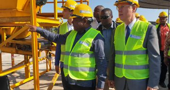 President Filipe Nyusi with Russian ambassador Aleksandar Surikov at the inauguration of Tazetta Minerals' sand mine, July 2016.